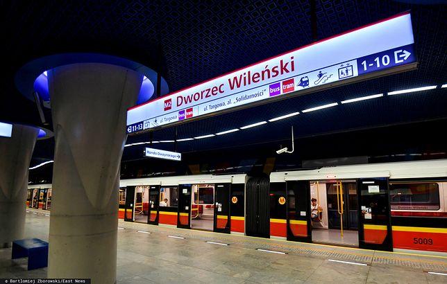 Nieprzytomny mężczyzna na stacji metra Dworzec Wileński. Reanimacja nie powiodła się