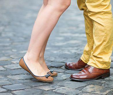 Półformalne buty na wiosnę. Propozycje do zestawów z jeansami