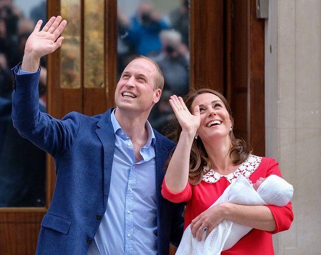 Księżna Kate pokazała się światu kilka godzin po porodzie. Czerwoną sukienką przełamała schemat