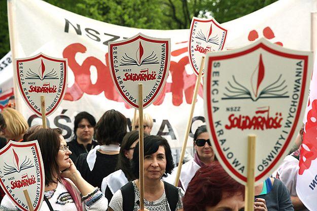 """Protest przed kancelarią premiera. Oświatowa """"Solidarność"""" domaga się podwyżki dla nauczycieli"""