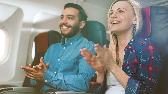 Klaskanie w samolocie wywołuje dyskusję od lat