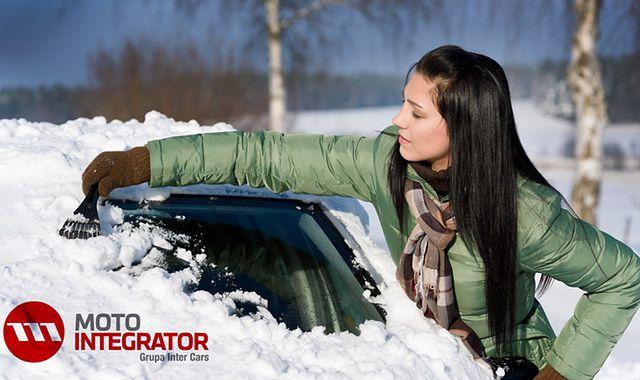 Zimowy niezbędnik kierowcy – co warto mieć przy sobie?