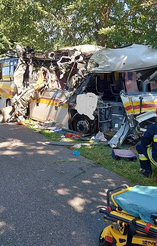 Mierzyno. Autobus zderzył się z autem i wjechał w drzewo. Zginęły 3 osoby