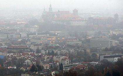 Turyści odpoczywają w górach wdychając smog i pył