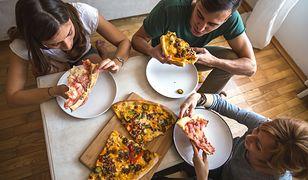 Największą grupę zamawiających jedzenie z dostawą stanowią osoby pomiędzy 15. a 34. rokiem życia - 64 proc.