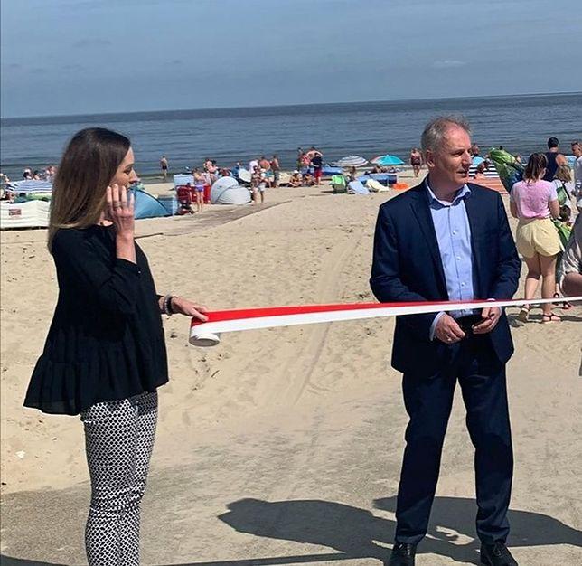 """Jantar. Uroczyste otwarcie zejścia na plażę z biało-czerwoną wstęgą. """"Bareja byłby dumny!"""""""
