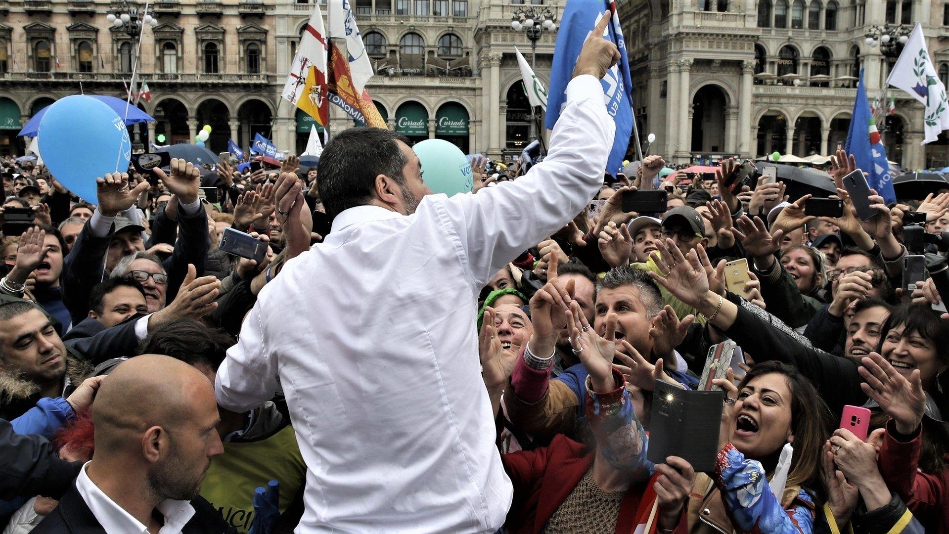 Lider Ligi Północnej Matteo Salvini, otoczony wielbicielami