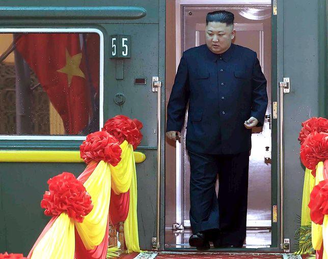 Choroba czy dieta? Kim Dzong Un znacznie schudł. Zdjęcie z lutego 2019