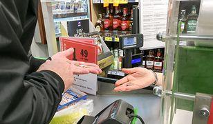 Jedna z klientek sklepu, była oburzona, że sprzedawca odmówił wydania jej reszty.