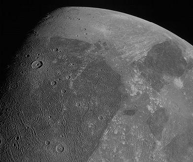 Ganimedes na niezwykłym zbliżeniu. Pierwsze takie zdjęcia księżyca Jowisza