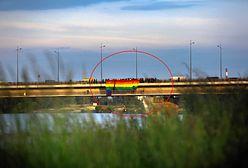 Most Łazienkowski. Wywiesili tęczową flagę, by uczcić pamięć koleżanki. Zostali zaatakowani