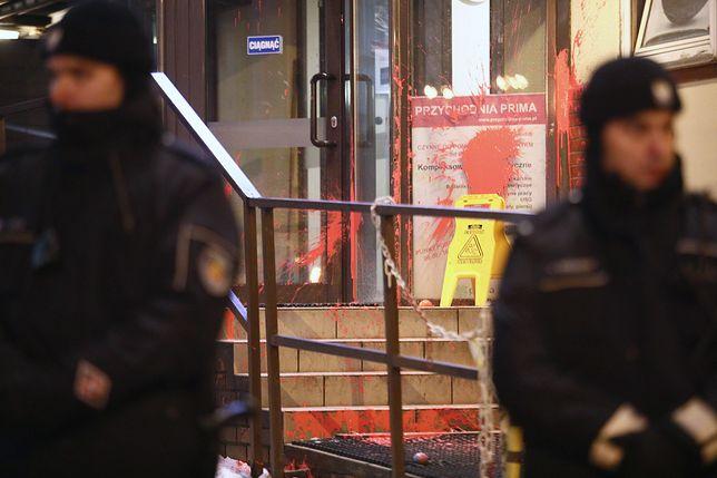 Kolejna dewastacja budynku należącego do PiS. Atak po Czarnym Proteście