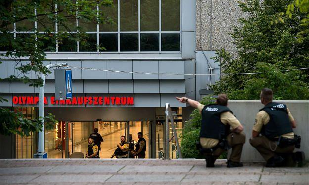 Policjanci w centrum handlowym Olympia w Monachium, gdzie doszło do strzelaniny