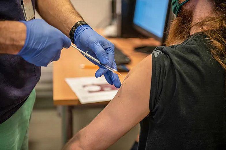 Zapisy na szczepienia. Do 9 maja e-skierowanie dostanie każdy pełnoletni Polak