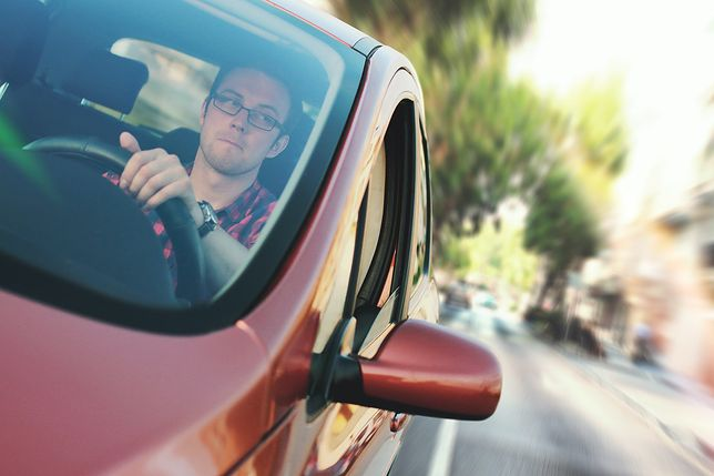 Mężczyźni częściej siadają za kierownicą niż kobiety.