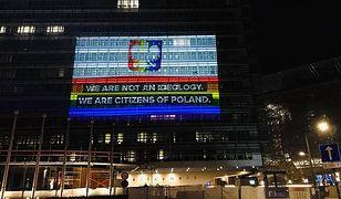"""Tęczowy orzeł na budynku Komisji Europejskiej. """"Stop strefom wolnym od LGBT w Polsce!"""""""