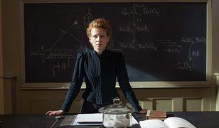 """Kadr z filmu """"Maria Skłodowska-Curie"""" z Karoliną Gruszką w roli głównej"""
