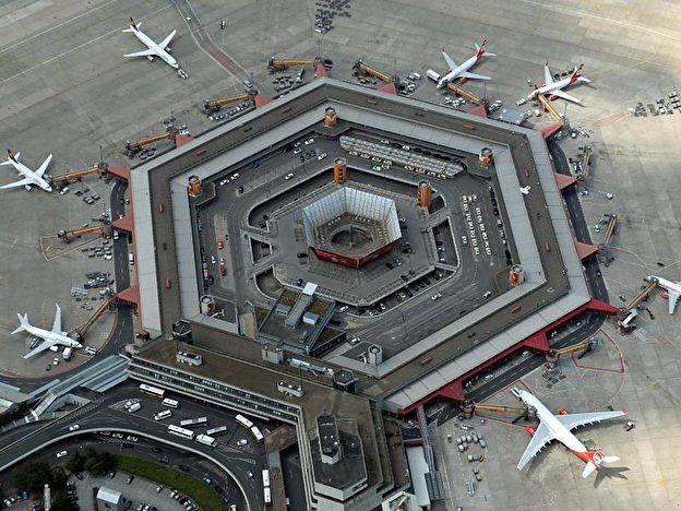 Sześciokątny kształt terminala lotniska Tegel widoczny z lotu ptaka