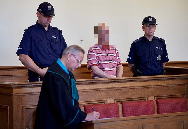 Mariusz Sz. już odsiaduje wyrok za znęcanie się nad żoną. Na ławie oskarżonych zasiądą teraz dwaj jego bracia i kuzyn
