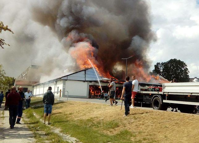 Pożar dyskontu w Radomsku. Akcja gaśnicza może potrwać do końca dnia