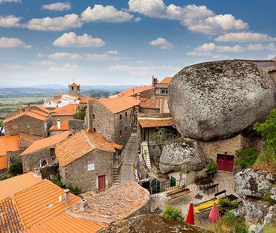 3 niesamowite miejscowości w Europie. Głazy nad głową i okna nad przepaścią