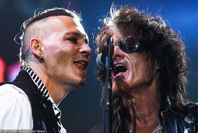 Johnny - choć bardziej pozuje niż gra wirtuozerie - zna swoje miejsce na scenie i umiejętnie to wykorzystuje