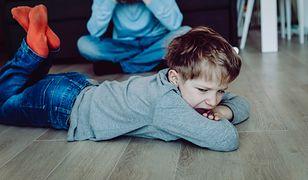 Chłopiec był wściekły podczas odpakowywania prezentów