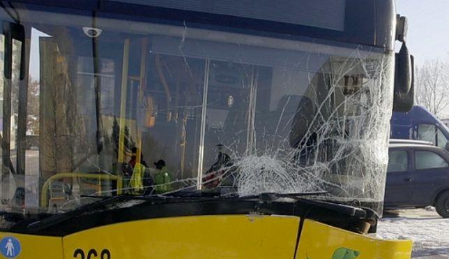 Warszawa. Stłuczka autobusu miejskiego z samochodem osobowym w Wawrze. To efekt nieuwagi kierującej osobówką
