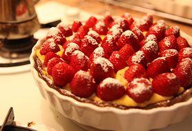 Pyszności na wegetariańskim talerzu - tarta z budyniem i owocami