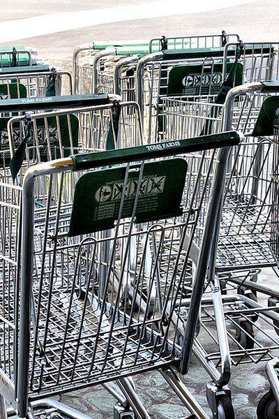 Wycieranie wózka na zakupy