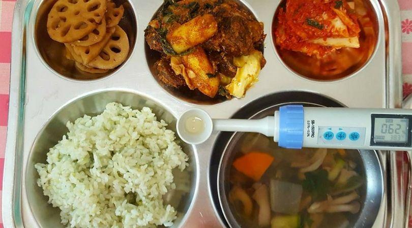 Obiad na stołówce szkolnej w Korei Południowej składa się aż z kilku elementów