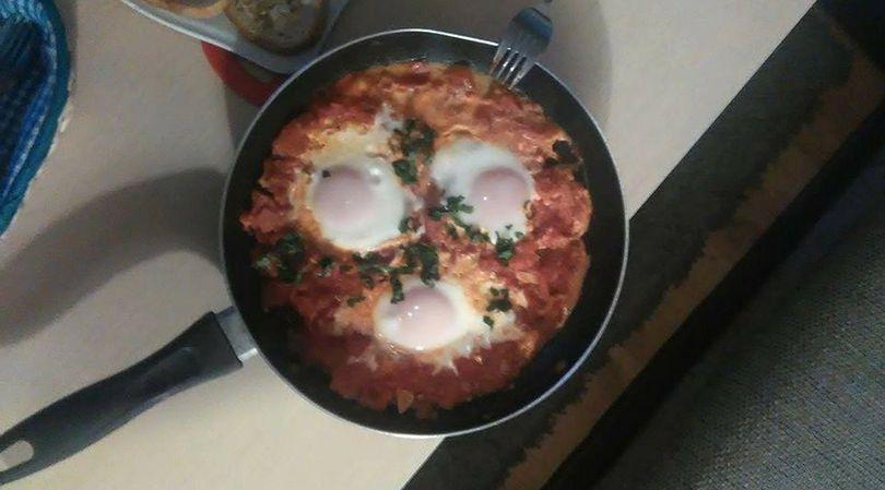 Szakszuka w wersji bezmięsnej, to bardzo sycące i zdrowe danie na śniadanie