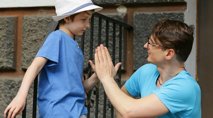 Rodzice powinni wpajać dzieciom, że pomoc innym i współpraca jest bardzo ważna