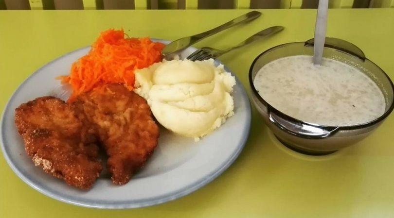 Obiad na stołówce szkolnej w Polsce, w którym dominują tradycyjne polskie potrawy
