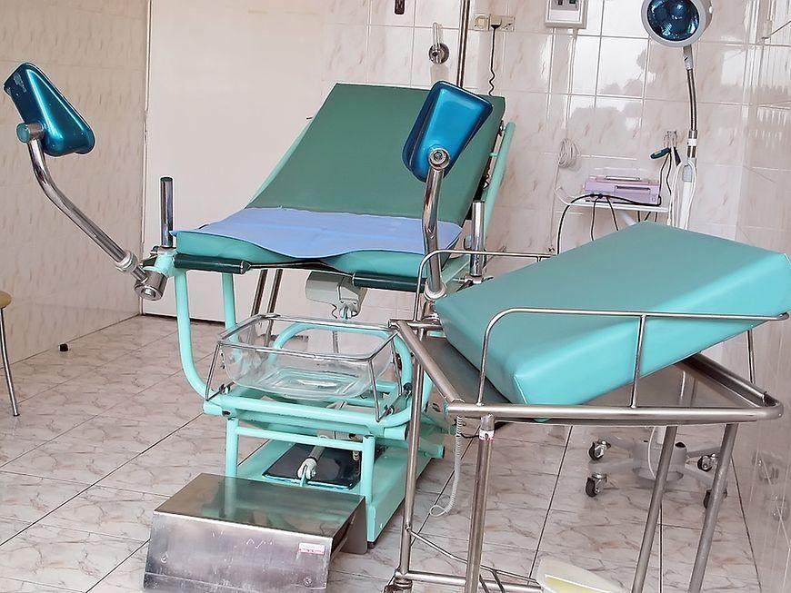 Łóżko szpitalne na oddziale położniczym