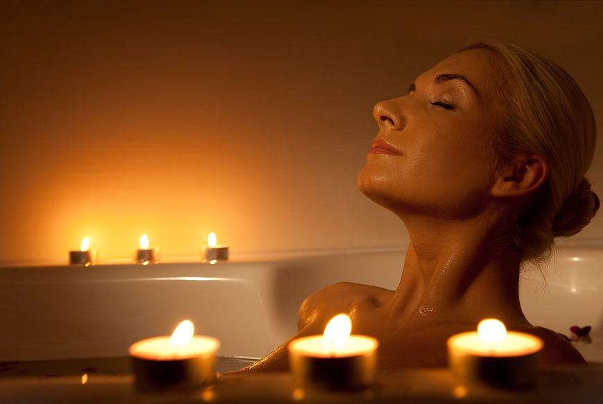 Kobieta relaksująca się w czasie kąpieli