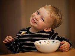 Dziecko grymaszące przy jedzeniu