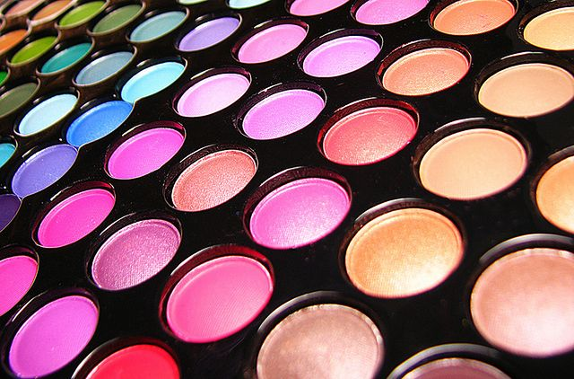 Paleta kolorowych kosmetyków