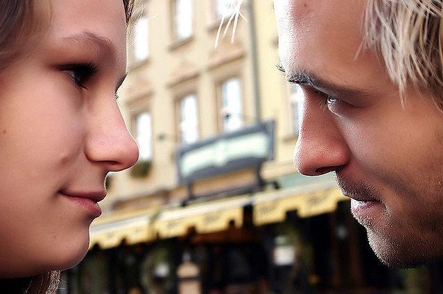 Patrzenie prosto w oczy partnerki