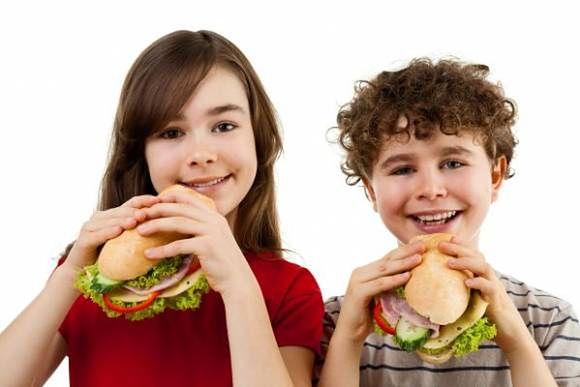 Dzieci ze zdrowymi przekąskami