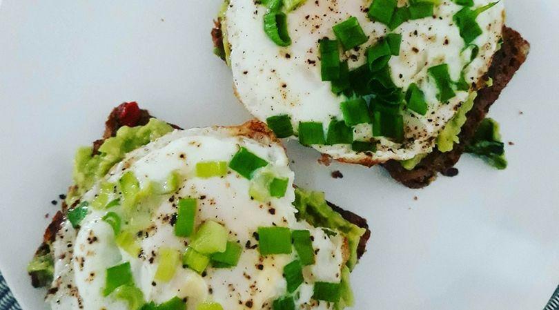 Awokado oraz jajko sadzone sprawią, że uczucie sytości będzie towarzyszyło przez długi czas