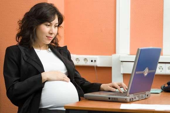 Kobiety często łączą pracę i macierzyństwo