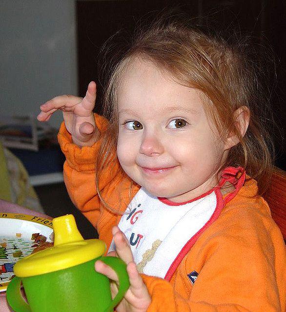 Dziewczynka przy posiłku