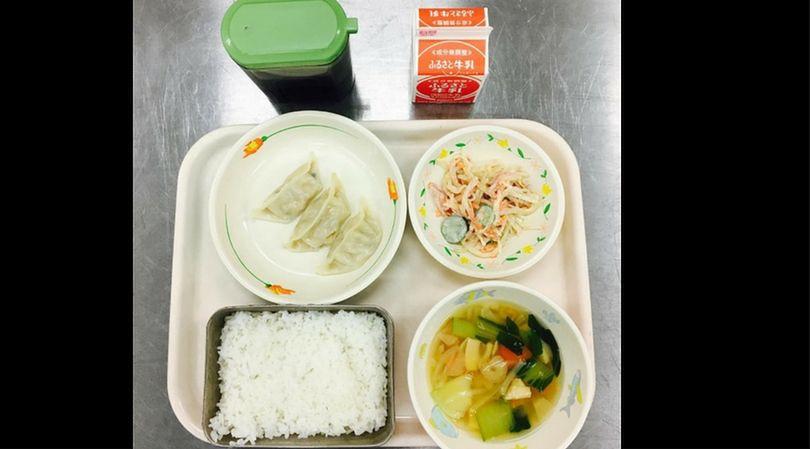 Obiad na stołówce szkolnej w Japonii przypomina składem obiad z Korei Południowej