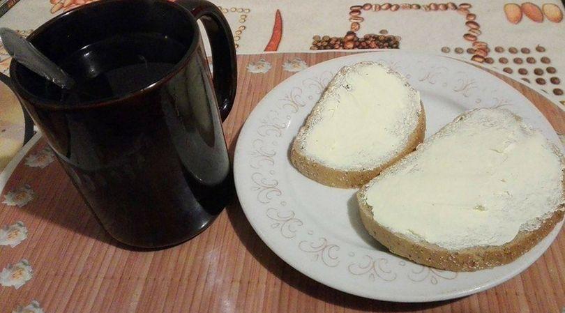 Chleb z masłem roślinnym oraz czarna herbata z miodem, imbirem i cytryną, to nie jest najlepszy wybór na śniadanie
