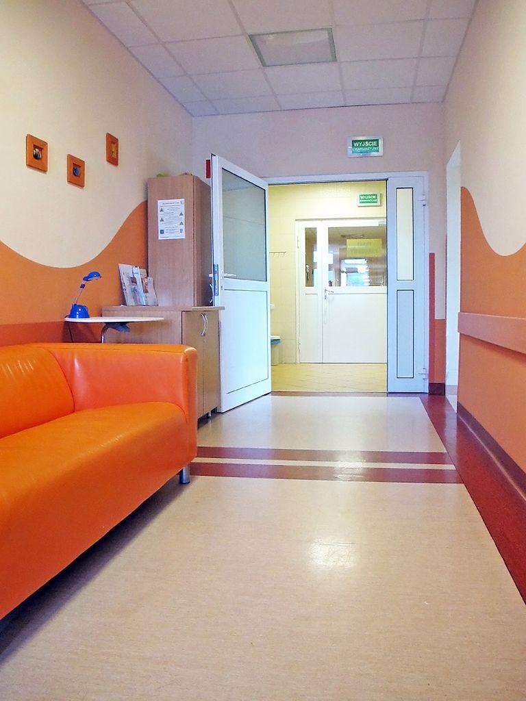 Sofa w korytarzu szpitalnym