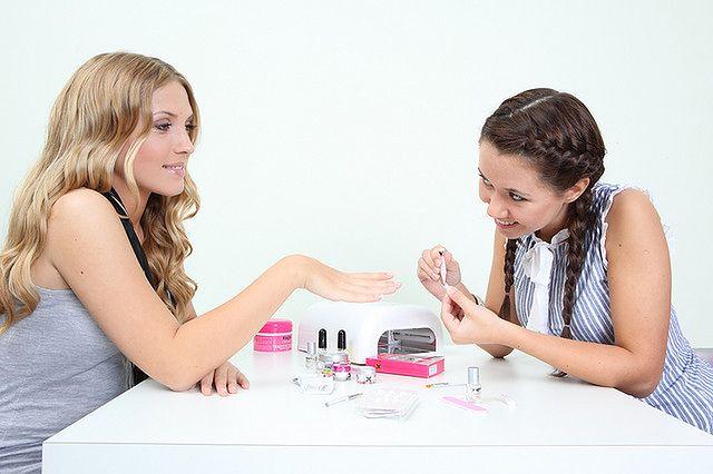 Staranne malowanie paznokci - francuski manicure