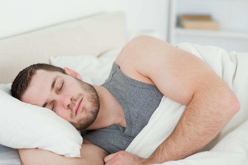 Nakłoń męża do spania na boku