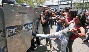 Krewne ofiar masakry w Wenezueli podczas starć z policją