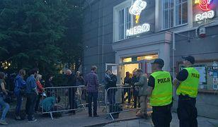 Allah-Las gra w Warszawie. Przed klubem policja, wzmożone kontrole i.... pustki